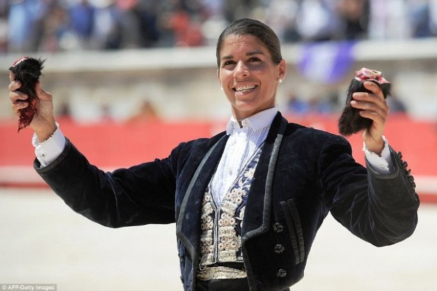 290F660300000578-3096274-Matador_Lea_Vicens_30_holds_up_the_ears_of_a_bull_to_the_delight-a-27_1432574954082